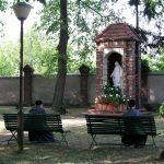 Figura Matki Bożej w parku Sanktuarium