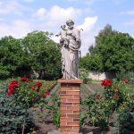 Figura św. Józefa w ogrodzie
