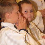 Najmłodsi ministranci skupieni na modlitwie